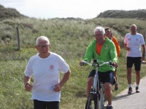 Roland, hier op de fiets tijdens de loopfiets-estafette tijdens de jubileumdag